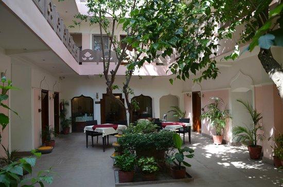 Suryauday Haveli - An Amritara Resort: Patio intérieur