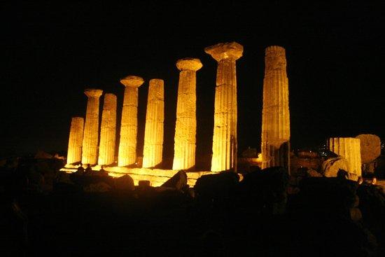 Tempio di Ercole: Una veduta delle 8 colonne ricostruite.