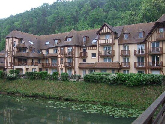 Le Manoir des Deux Amants : View of units from little bridge