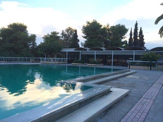 Porto Heli, اليونان: La piscine et vue sur le bar de la piscine (vers 19h00)