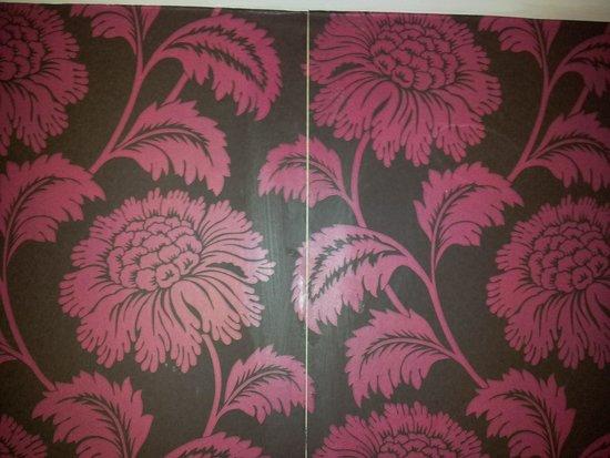 Mercure Swansea: Wallpaper bhind bed