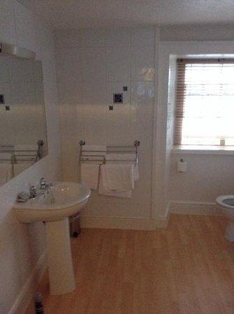 Crown Hotel : bathroom