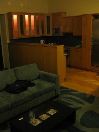Klarov: Inbouwkeuken gezien vanuit woonkamer. Rechts van keuken nog de eetruimte met grote eettafel!