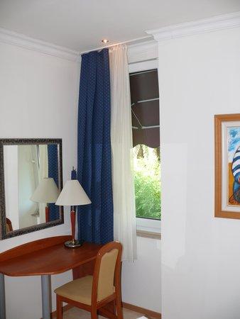 Boutique & Beach Hotel Villa Wolff : seitlicher Meeresblick duch schmales Fenster