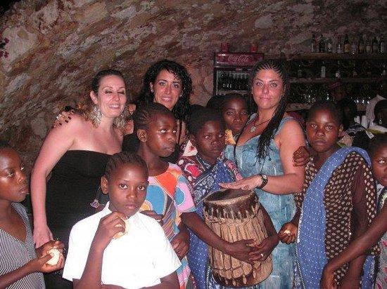 بالومبو ريف ريزورت: la sera di natale, coro dei bambini dell'orfanotrofio.