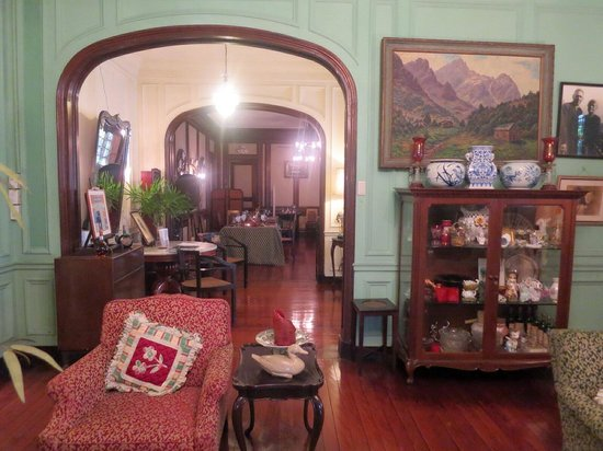 La Cocina de Tita Moning: The view of the hall and the dining room beyond that
