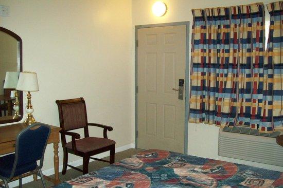 Hollywood La Brea Motel : bedroom/living area