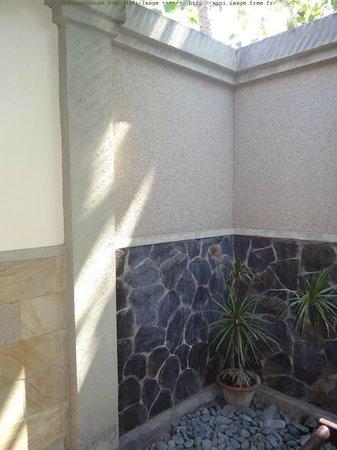 Tirta Sari Bungalows: douche extérieur