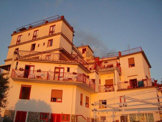 Hotel Dania: Hotel im Licht der untergehenden Sonne