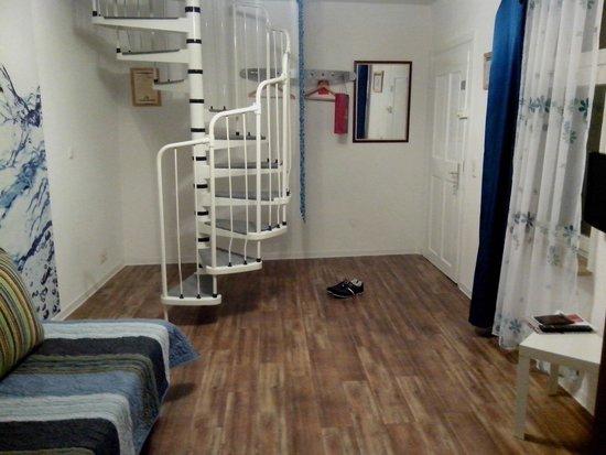 "Hotel Wohnbar: Вход и лестница на второй этаж номера ""Blau"""