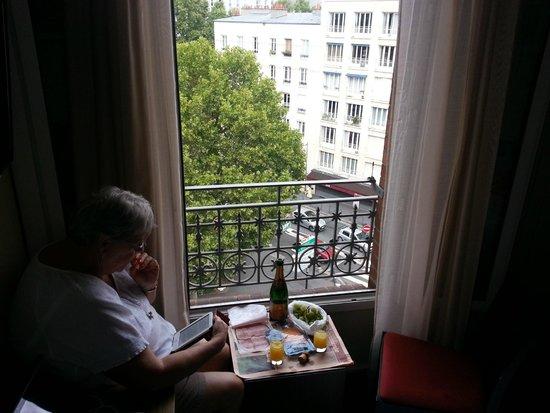 Hotel Gabriel Paris-Issy: Wine is cheaper than a bottle of coke.  Champagne is GREAT