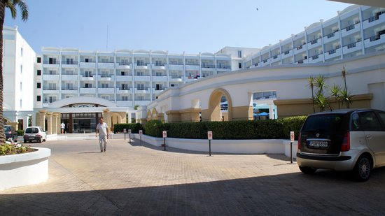Mitsis Grand Hotel: front entry