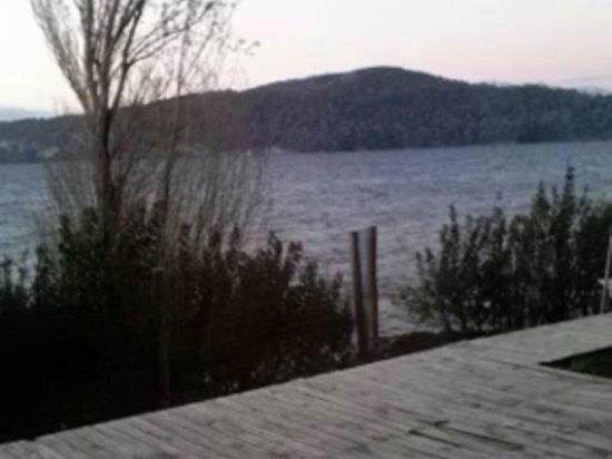 Apart Hotel Cabanas Balcon al Lago: Vista desde el living comedor a la Isla Victoria