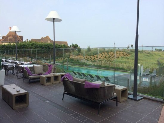 Piscine ext rieure chauff e foto di hotel les bains de for Hotel piscine cabourg