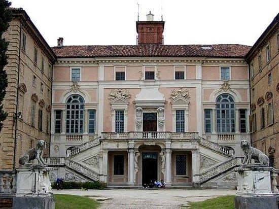 Govone, Italië: Facciata con scalone