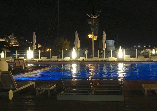 Ibiza Corso Hotel & Spa: La piscina con vista sulla città vecchia
