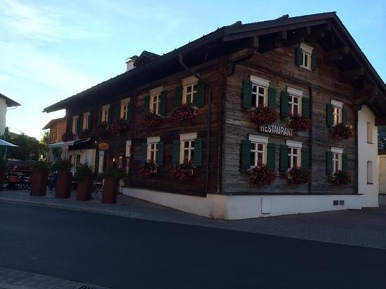 Hus Nr. 8: restaurant from street