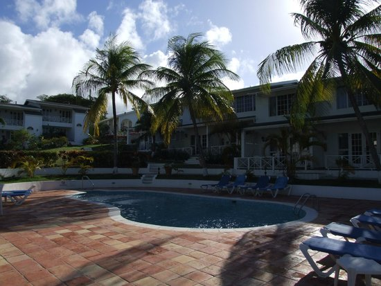 Dickenson Bay Cottages: The central pool