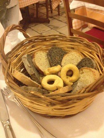 Terranima: Cestino di pane nero e bianco e taralli
