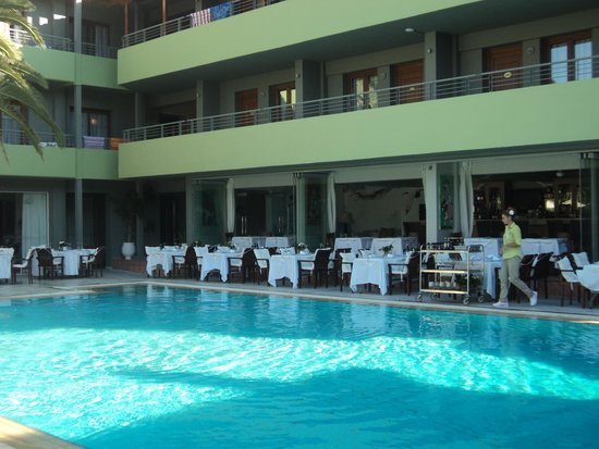 La Piscine Art Hotel : The restaurant next to the pool