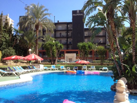 Apartamentos El Faro: Empty pool and sunbeds plenty of choice for a change on holiday