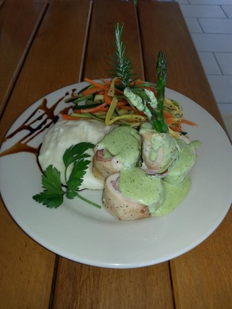 Las Olas Restaurant Grill & Bar: Asparagus wrapped with Chicken and Poblano cream sauce