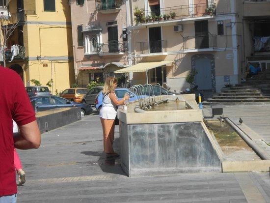 Castellammare Di Stabia, Italia: fonte termale pubblica