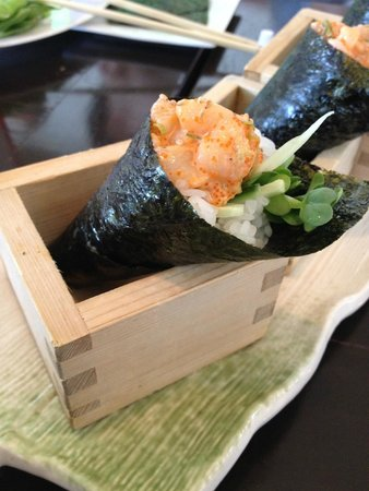 Flo Restaurant & Bar: creamy spicy scallop handroll