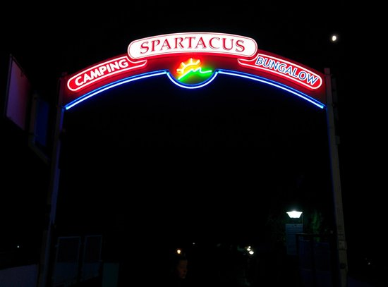 Camping Spartacus : Entrance at night
