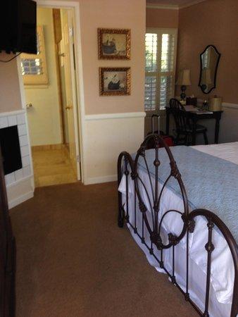 Apple Farm Inn: Room has a fireplace
