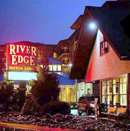 River Edge Motor Lodge: Night View