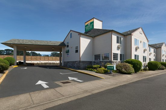 America's Best Inn & Suites Lincoln City: The area was quiet, and the grounds and parking lot were very clean.