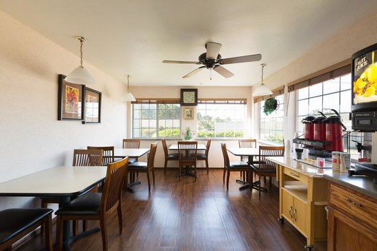 America's Best Inn & Suites Lincoln City: Quiet breakfast room with decent coffee and generous food offerings (bagels, muffins, and WAFFLE