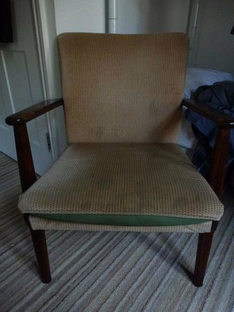 Treloyhan Manor Hotel: a tatty and stained chair in the bedroom