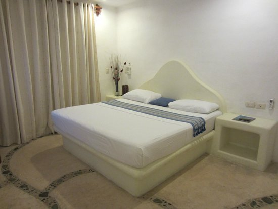 Blue Pearl Suites: King size bed