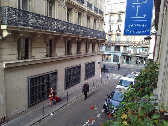Hotel Central Saint Germain: Открывается вид на уютную улочку.