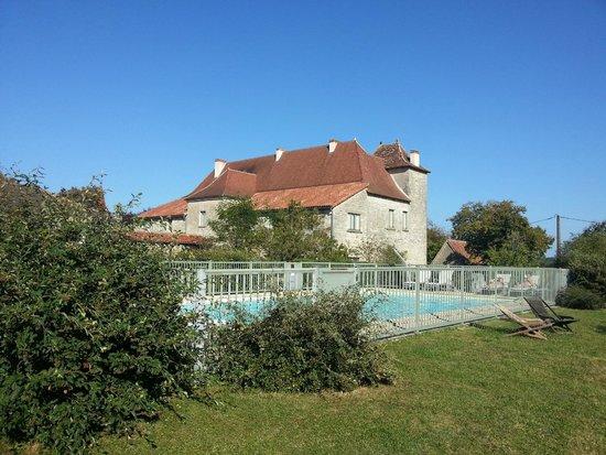 Hotel le Grezalide: La piscine derrière l'hôtel