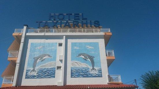 Hotel Taxiarhis: BLICK VOM POOL AUF DIE SEITENWAND
