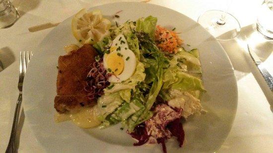 Gasthaus Tells Hohle Gasse: Schweinscordonbleu 180g mit div. Salaten....