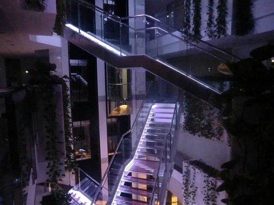 Holiday Hydros: El vestibulo de noche