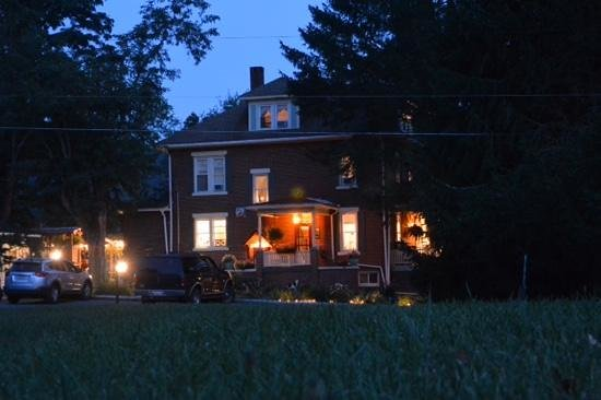 Locust Hill Inn, Cabin & Pub: Locust Hill by night