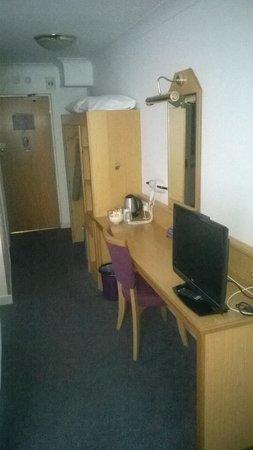 Premier Inn Wirral (Bromborough) Hotel: Furniture needs work