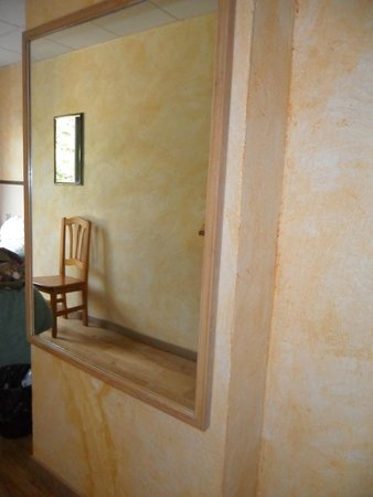 Hotel Edelweiss: chambre (miroir)