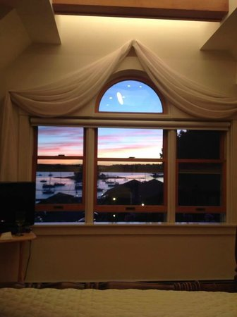 Atlantic Ark Inn: Amazing sunset view from bed!