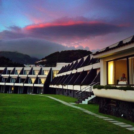 Caloura Hotel Resort: Prachtig hotel aan zee, alles goed en zeer schoon, het is een luxe hotel, eten is alleen te duur
