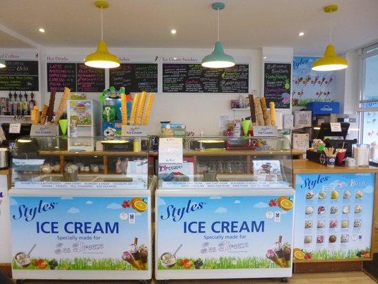 Sea Breeze Ice Cream & Coffee Shop: The ice-cream counter!