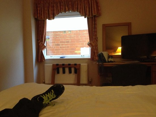 Days Hotel Coventry: Room 122...with a 'view'