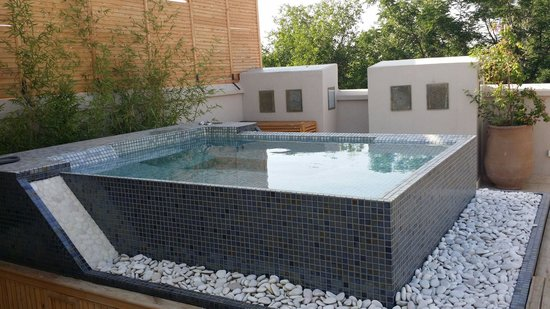 Terrasse jacuzzi vue koutoubia photo de riad tahili for Piscine louviers