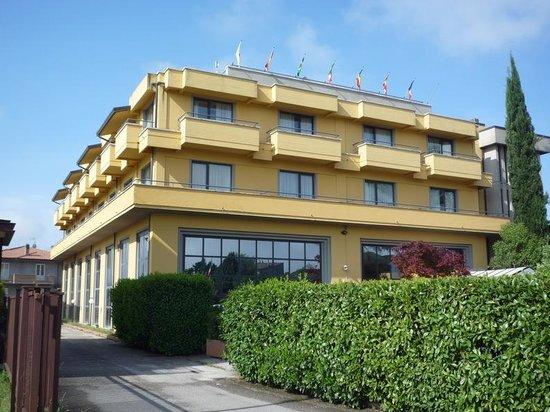 Cristallo Hotel Assisi: La façade et les 8 chambres sur rue