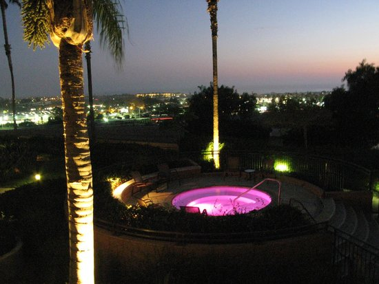 Grand Pacific Palisades Resort and Hotel: Hot tub and city view at night